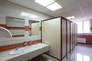 Преимущества и особенности сантехнических перегородок из ламинированного ДСП, пластика и стекла